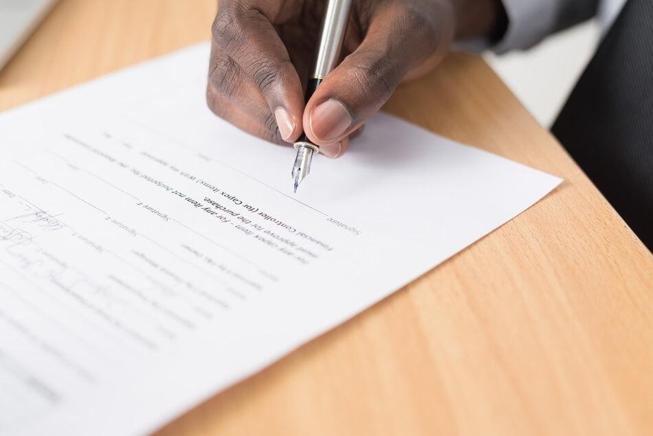 umowa o przeniesienie praw autorskich a licencja